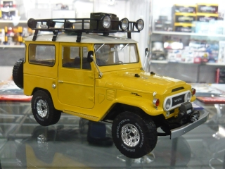 Toyota Land Cruiser FJ40 1967 yellow/white 1:18 Triple9 Collection